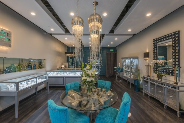 Bijoux De Mer Horizontal Jewelry Display Case with Metallic Silver Tower